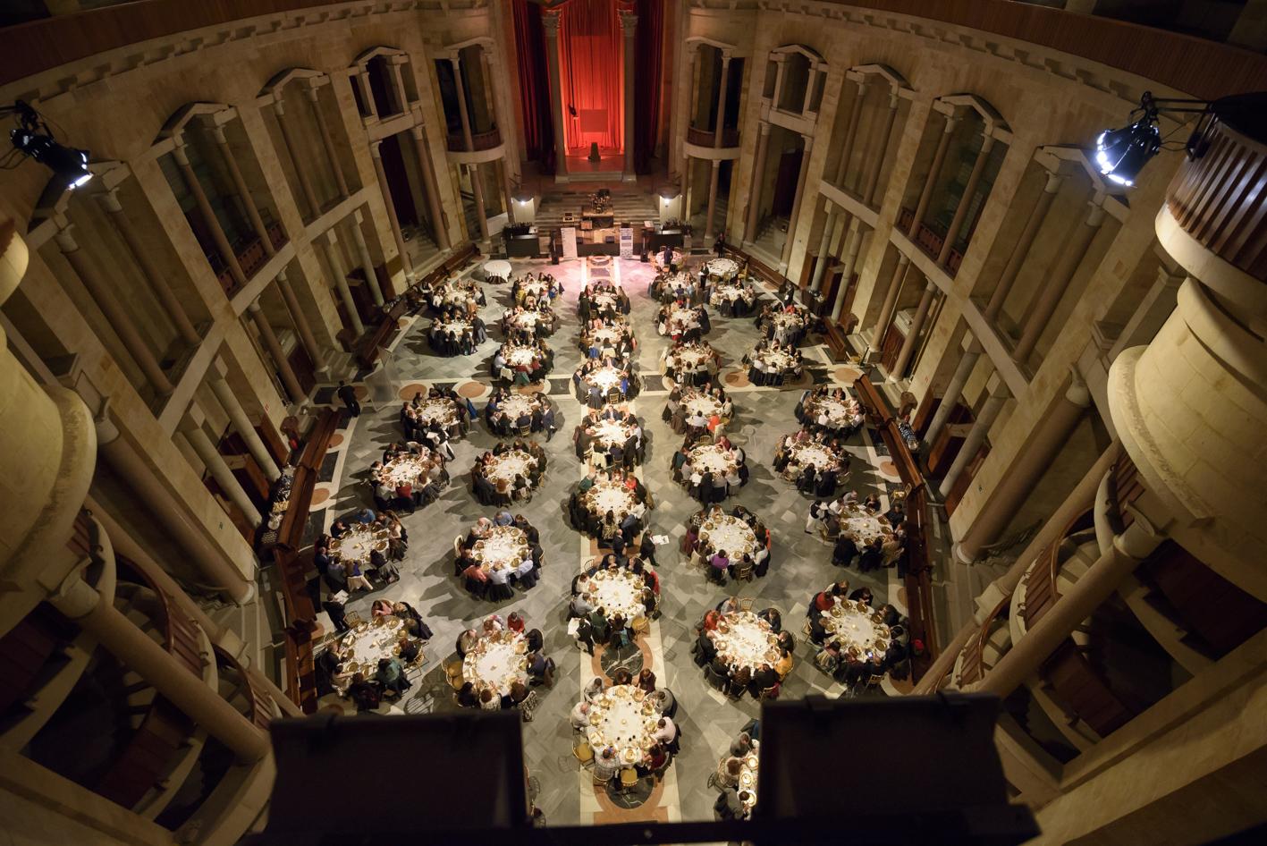 Vista cenital de la capilla de Laboral durante una cena.